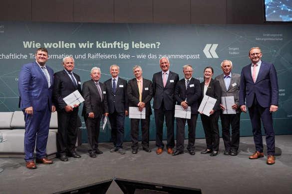 Alle ausgeschiedenen Aufsichtsrats- und Beiratsmitglieder wurden von AGRAVIS-Aufsichtsratschef Franz-Josef Holzenkamp (re.) und AGRAVIS-CEO Andreas Rickmers (li.) verabschiedet: Werner Hilse (v.li.), Friedrich Weber, Dr. Ulrich Bertram, Jörg Most, Wolf-Dieter Schergun, Frank-Michael Harder, Andrea Dinig und Jochen Mangelsdorf
