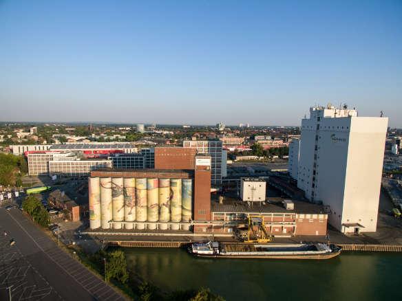AGRAVIS-Zentrale in Münster mit dem Futtermittelwerk im Vordergrund am Dortmund-Ems-Kanal. Drohnenfoto: Hendrik Greskamp