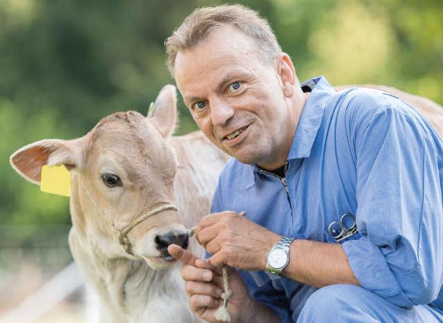 Prof. Dr. med. vet. Martin Kaske, Universität Zürich, beschäftigt sich mit Ursachen von Kälberverlusten nach der Geburt.