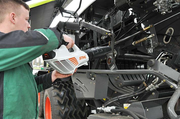 Klimanlagencheck Landtechnik: Laubbläser zur Reinigung von Landmaschinen verwenden